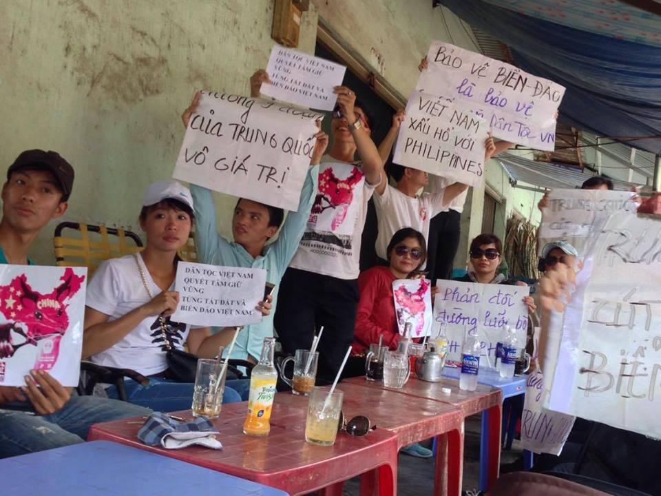 Nhiều bạn trẻ ở Sài Gòn ngồi trong quán nưóc biểu tình ngày 17-7-2016 (ảnh: Nguyễn Quang Duy)