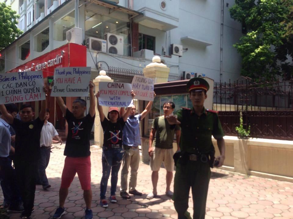 Người biểu tìn ở Hà Nội biểu tình trước đại sứ quán Philippines (ảnh: Thảo Teresa)