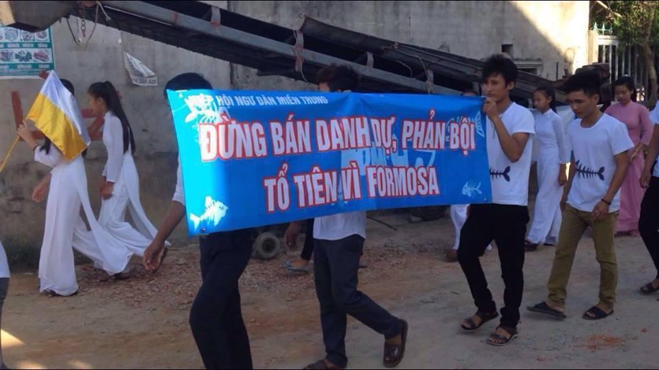 Thanh niên công giáo Vinh biểu tình phản đối Formosa (ảnh: Thúy Nga)