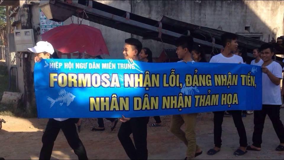 Thanh niên công giáo Vinh biểu tình với khẩu hiệu: Formosa nhận lội, Đảng nhận Tiền, Nhân dân nhận thảm họa (ảnh: facebook Hoàng Dũng)