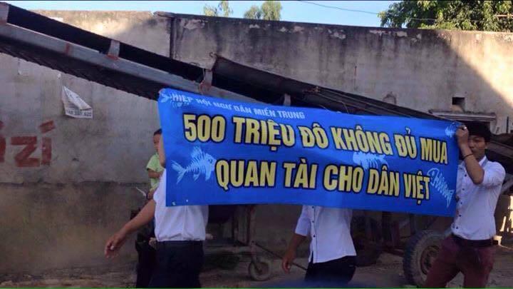 Thêm một khẩu hiệu mới, có ý nghĩa mà thanh niên công giáo Vinh đưa ra (ảnh; facebook Hoàng Dũng)