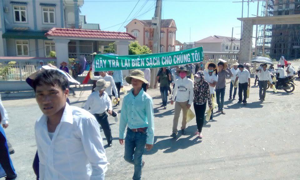 Giáo dân Đông Yên tuần hành hưởng ứng - Một ngày vì môi trường (ảnh; Chinh Le)