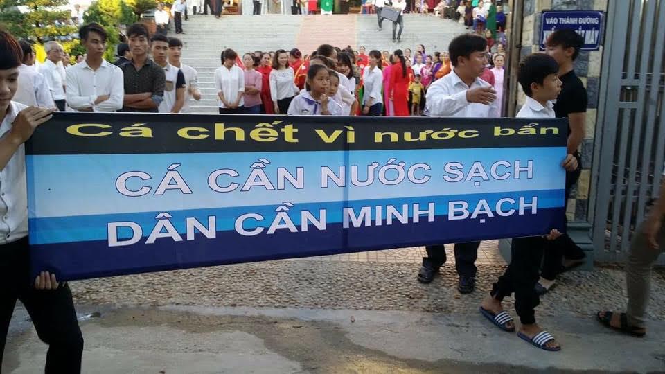 giáo dân giáo xứ Cửa Sót tuần hành vì môi trường (ảnh; Hung Tran)