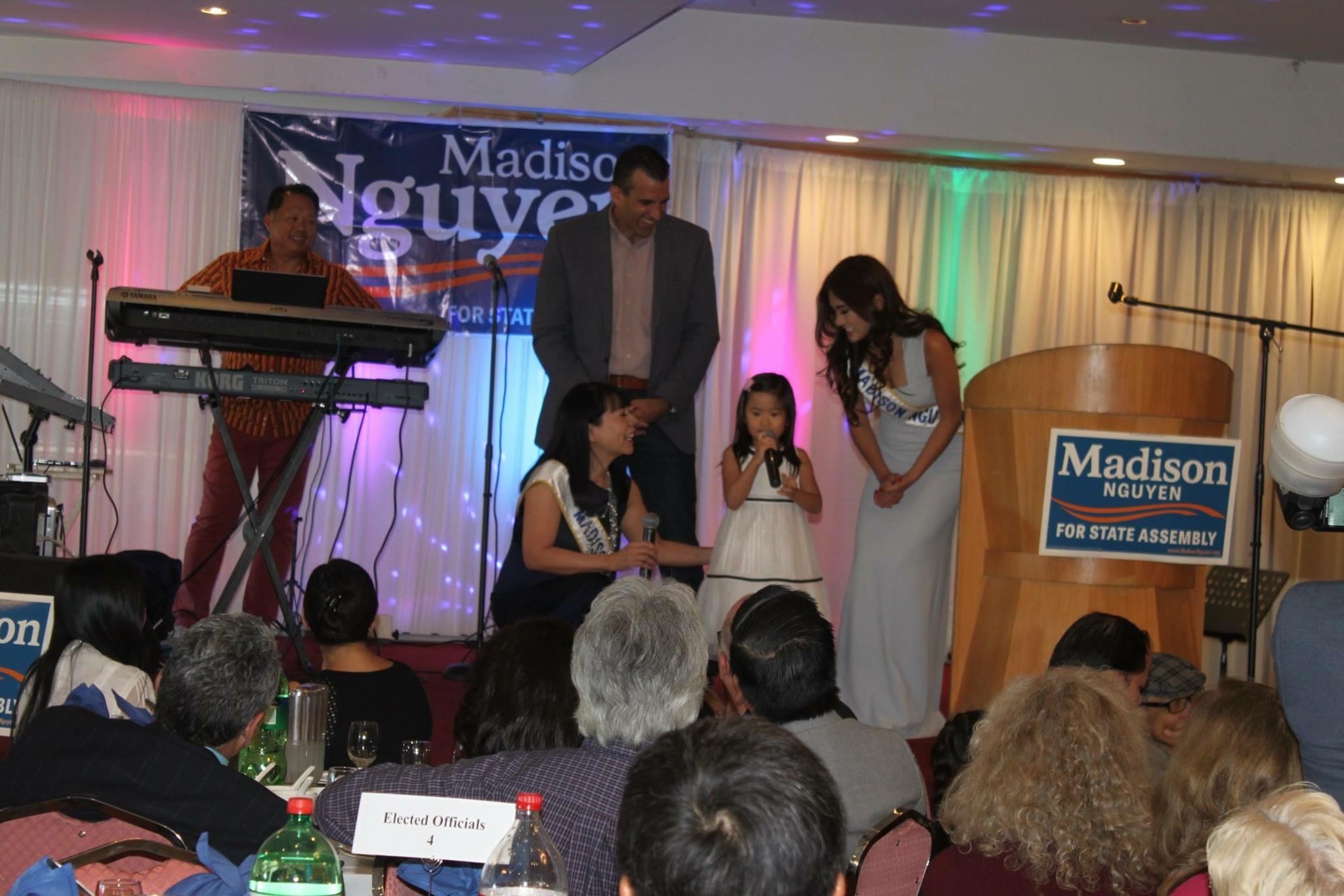 Bé Olivia con của Madison Nguyễn ca tụng mẹ, bên cạnh thị trưởng Sam Liccardo