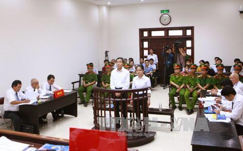 Ông Nguyễn Hữu Vinh và bà Nguyễn Thị Minh Thúy đứng trước vành móng ngựa (ảnh: Facebook Vu Hai Tran)