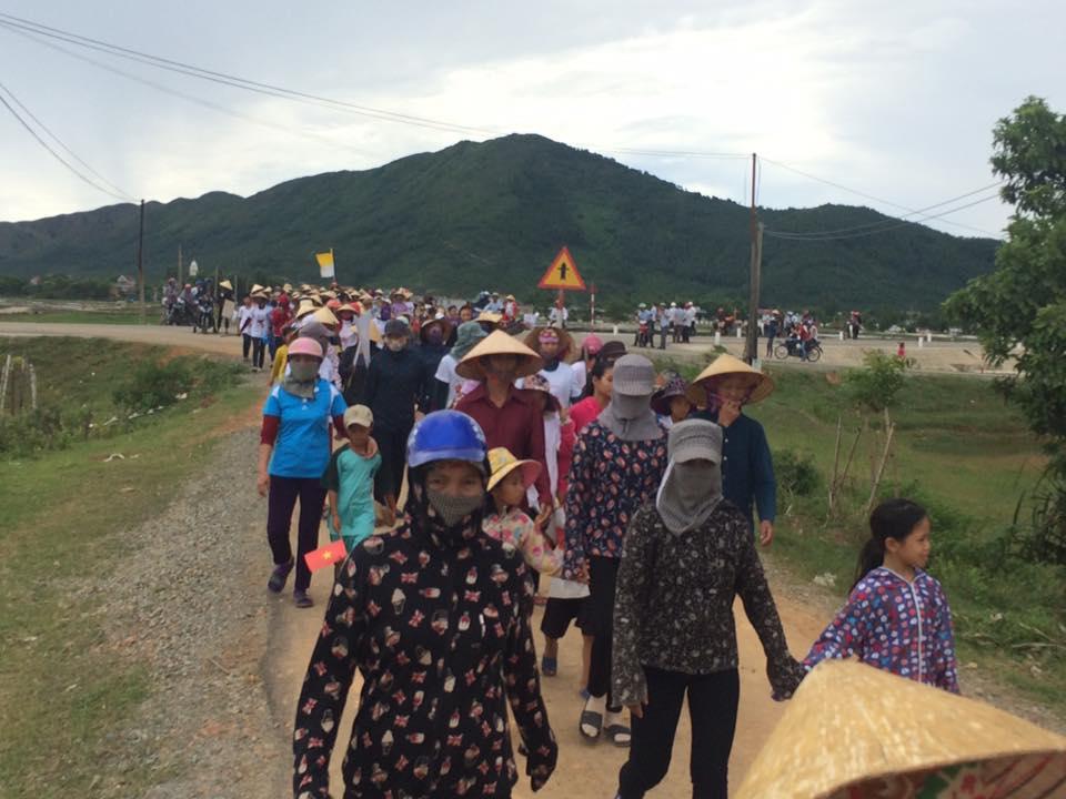 Đoàn người tuần hành (ảnh: Facebook Hiệp hội Ngư dân miền Trung)