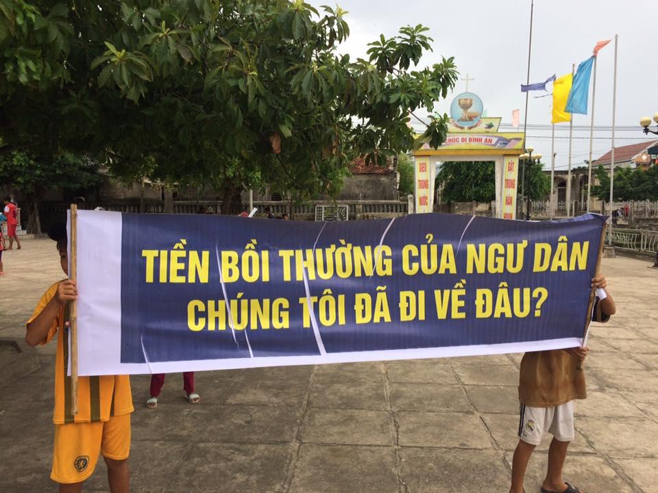 Khẩu hiệu 'Tiền bồi thường của ngư dân chúng tôi đã đi về đâu...?' làm nhiều người rơi nước mắt (ảnh: Facebook Hiệp hội Ngư dân Miền Trung)