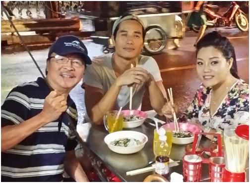 Nam Lộc, Trịnh Hội và thiện nguyện viên Đỗ Minh Tâm (Houston, TX)trong một buổi ăn tối tại Bangkok, Thái Lan