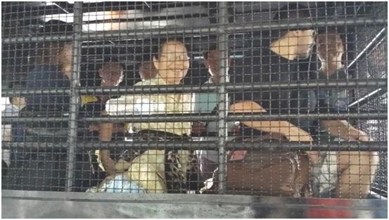 """Những """"tù nhân hạnh phúc"""": Chị Lê Thị Ba đang tươi cười trên xe bít bùng."""
