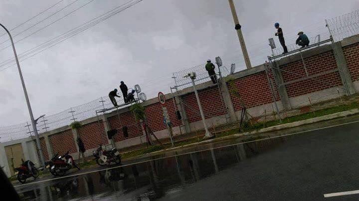 Fomosa Hà Tĩnh dùng dây thép gai bọc phía trước công ty (ảnh: Facebook Giáo Xứ Đông Yên)