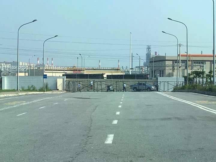Hình ảnh công ty Formosa nhìn từ xa (ảnh: Facebook Giáo Xứ Đông Yên)