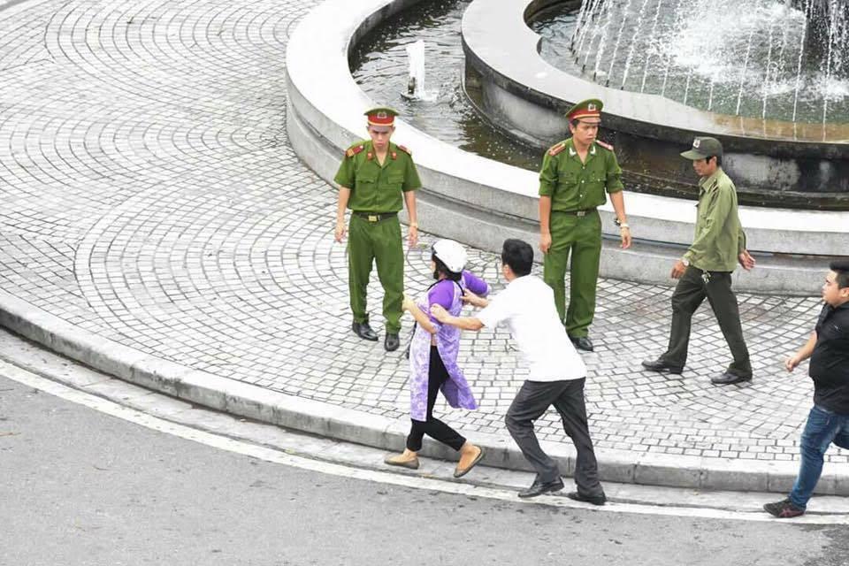 Bà Trần Thị Nga trong một lần bị công an, an ninh thường phục bắt giữa đường (ảnh; Facebook Tran Thi Nga)