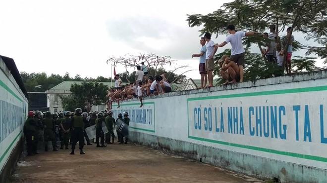 Các con nghiện ở Đồng Nai trốn trại, chống lại lực lượng cảnh sát cơ động. Ảnh: Zing News