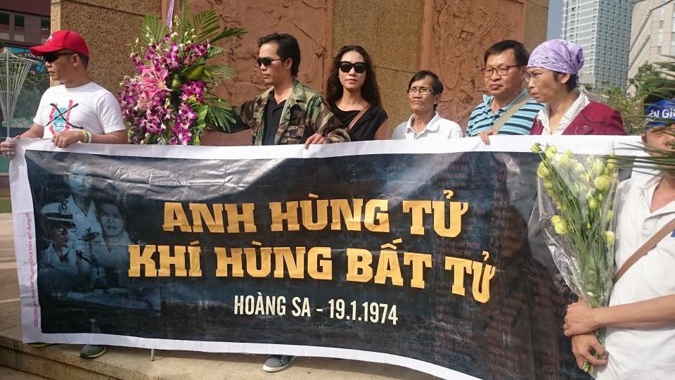 """Biểu ngữ được giăng lên trước tượng Trần Hưng Đạo ở Sài Gòn. """"Anh hùng tử khí hùng bất tử"""". Ảnh: Huy Phan"""