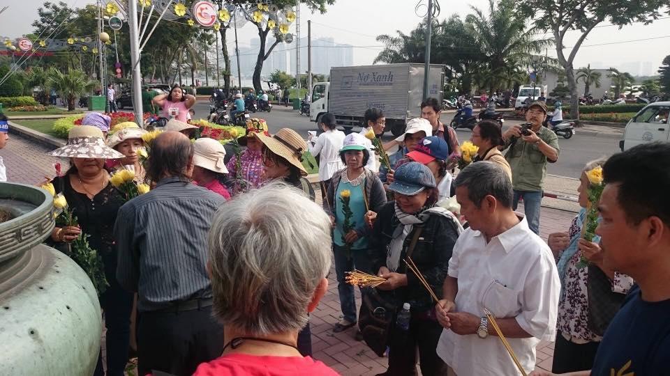 Mọi người dâng hoa, thắp nhang để tưởng nhớ những người đã bỏ thân vì sự toàn vẹn lãnh thổ. Ảnh: Tin Mừng Cho Người Nghèo