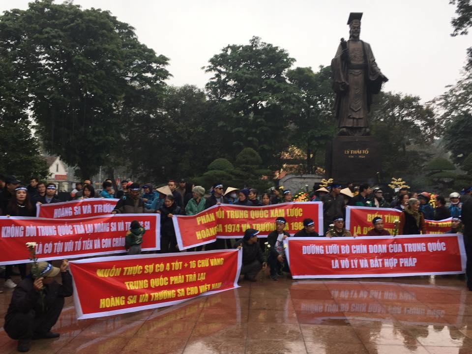 Cả trăm người tưởng nhớ công ơn 75 tử sỹ Hoàng Sa trước tượng đài Lý Thái Tổ ở Hà Nội. Ảnh: Huy Phan